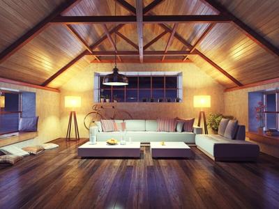 Wohnzimmer mit offener Zimmerdecke in einem Holzhaus.