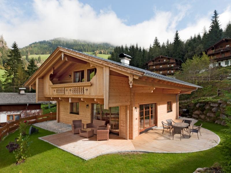 Fullwood haus alpentraum holzhaus im traditionellen for Haus bauen fertighaus